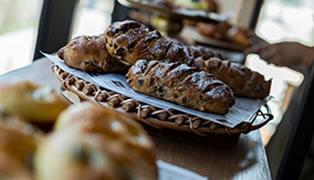 「THE GROVE  BAKERY」で毎朝焼き立てのパンをご提供するモーニングは自家製ハムやベーコンを炭火で炙るLIVEキッチンが魅力です。
