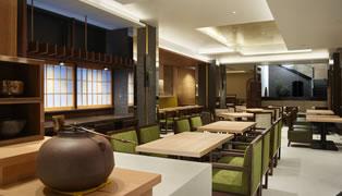 京都の雰囲気に抱かれたレストラン&ラウンジをご用意。朝食をお楽しみいただけるほか、ご宿泊及びバゲージサービスをご利用のお客様は、ラウンジとしてご利用いただけ、旅の合間を豊かに彩ります。